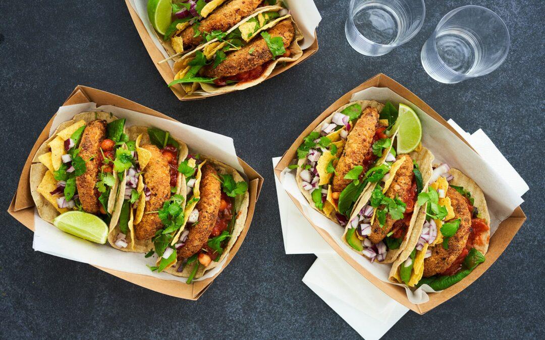 Majs-tortilliawrap med Nacho Burger, nachoscrumble og kikærte-tacosauce