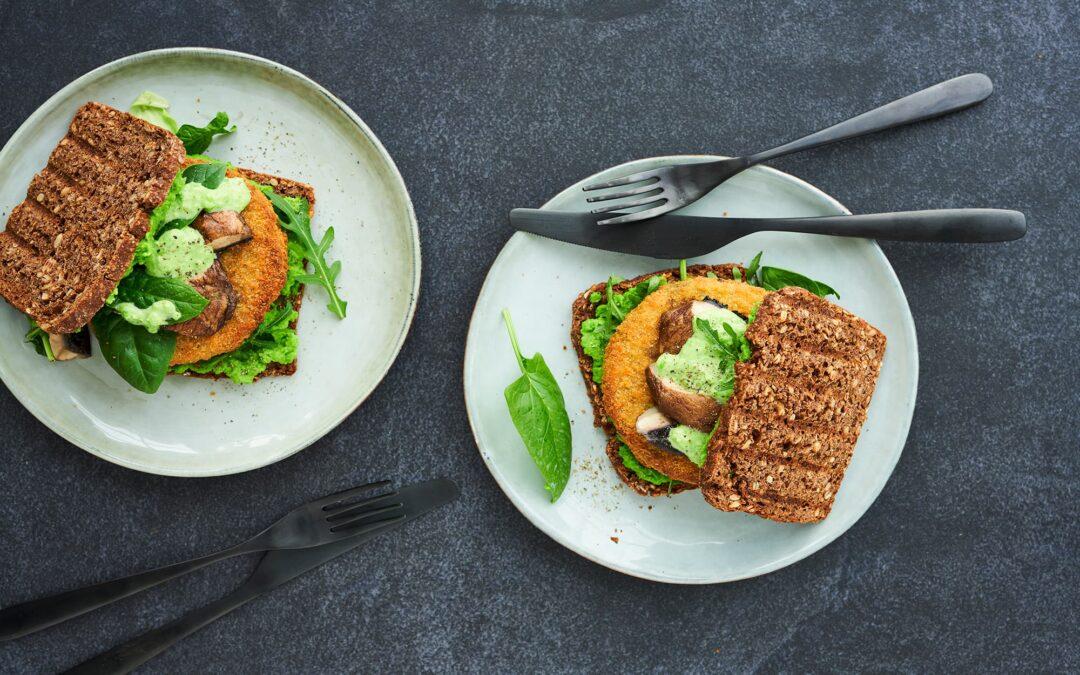 Rugbrødssandwich med Vegetable Burger, portobello svampe og ærtesmør