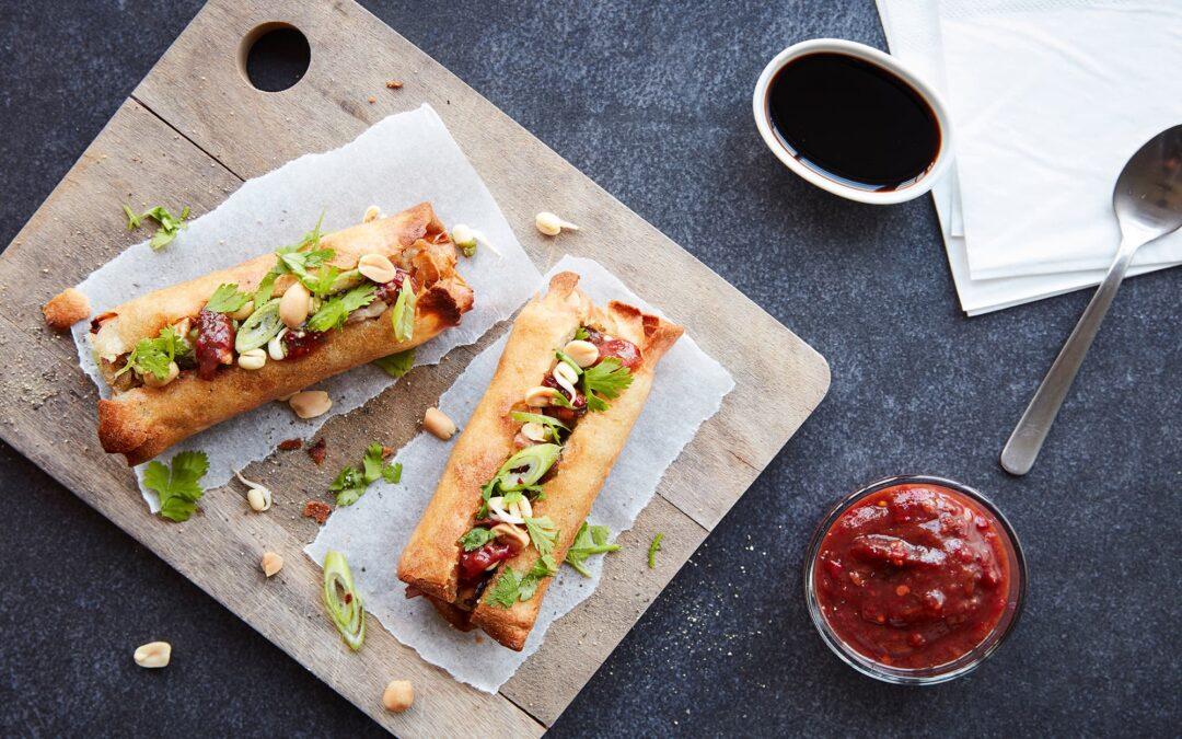 """Classic forårsruller til ovn """"hotdog-style"""" med spicy dip, peanuts, koriander og springløg"""