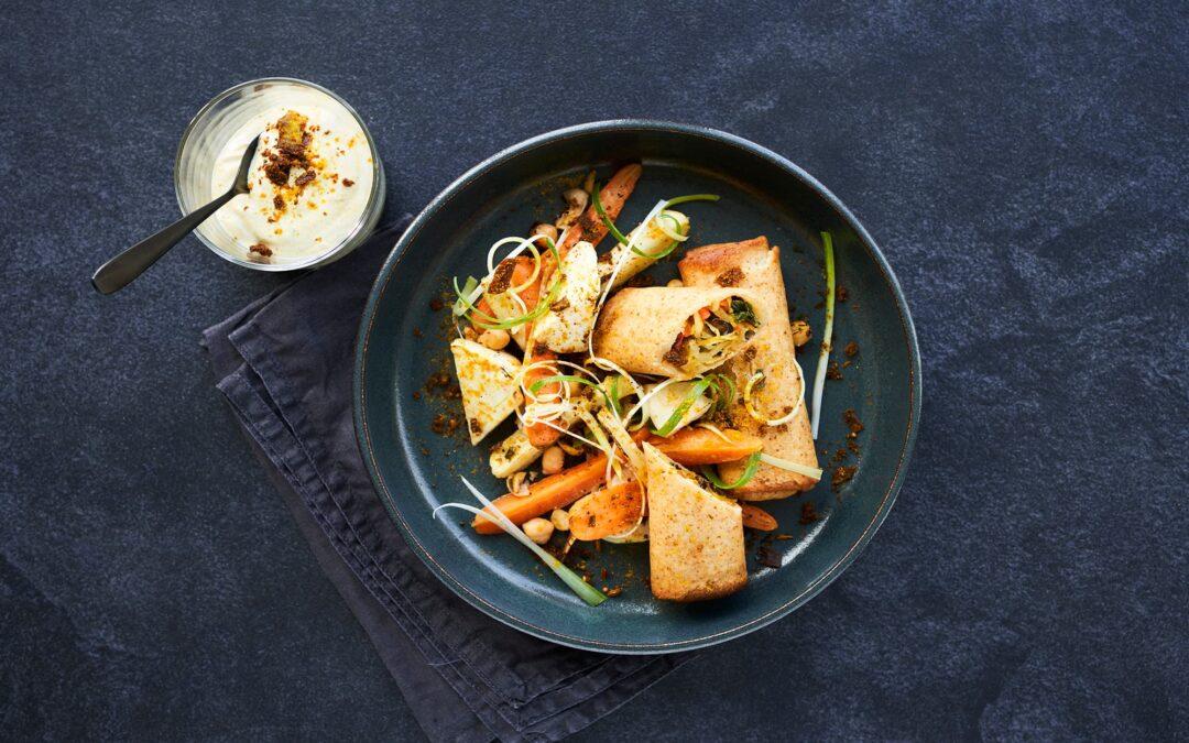 Forårsrulle med grøntsager, ovnbagte rodfrugter, kikærter og indisk spicy yoghurt