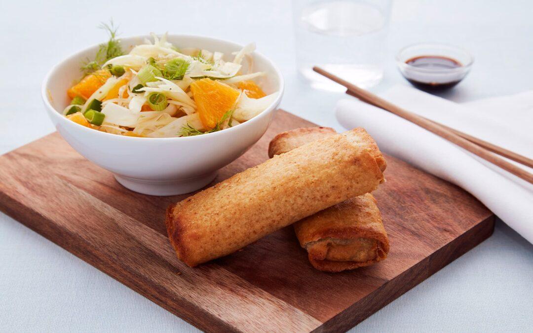 Forårsruller med grøntsager serveret med fennikel appelsin coleslaw