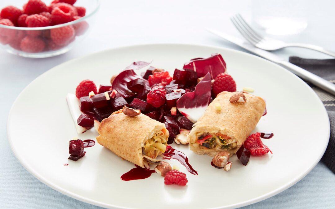 Forårsruller med grøntsager serveret med spicy rødbedekompot og hindbær
