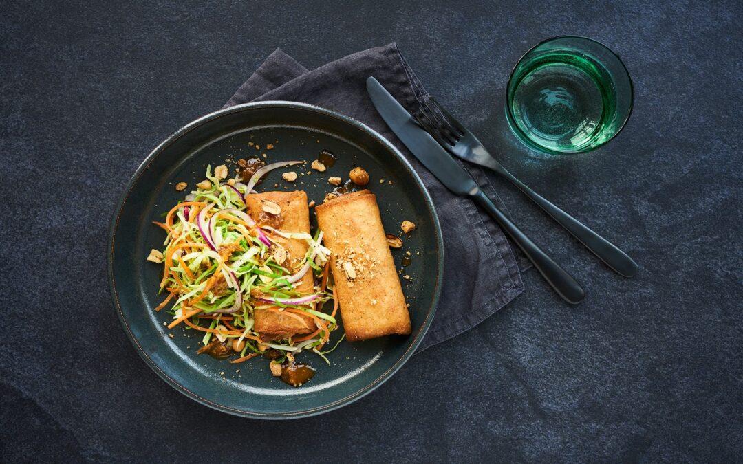 Forårsruller med kylling serveret med asiatisk coleslaw og ristede peanuts