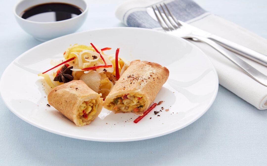Forårsruller med kylling serveret med løgkompot, chili og stjerneanis
