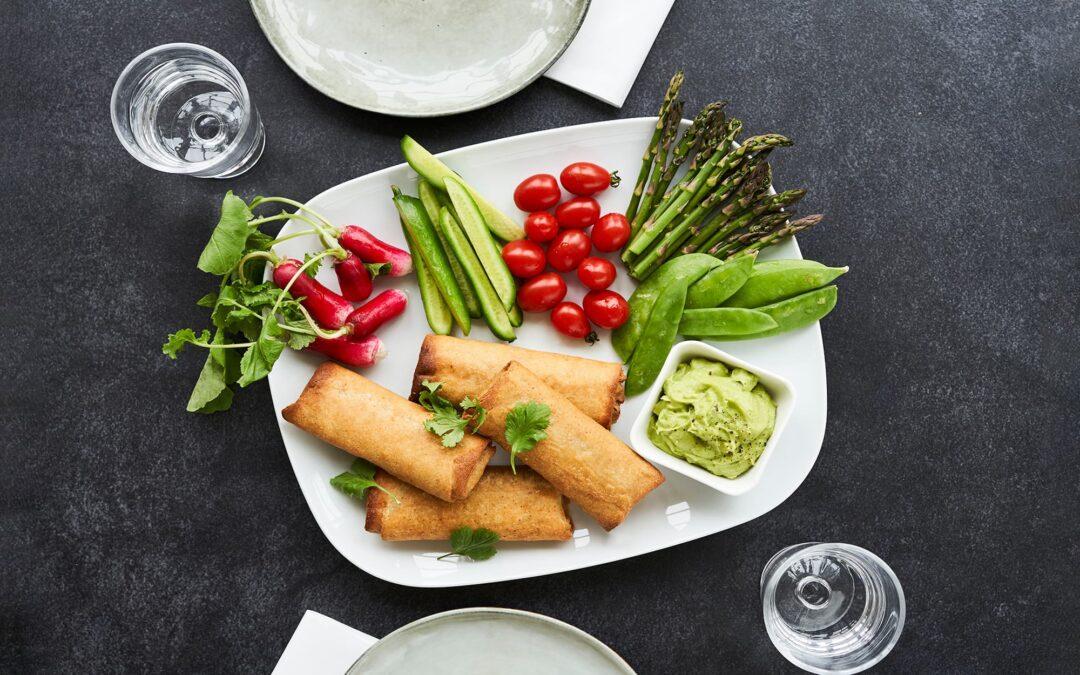 Forårsruller med oksekød med koriander-avocado-dip og rå grøntsags-sticks
