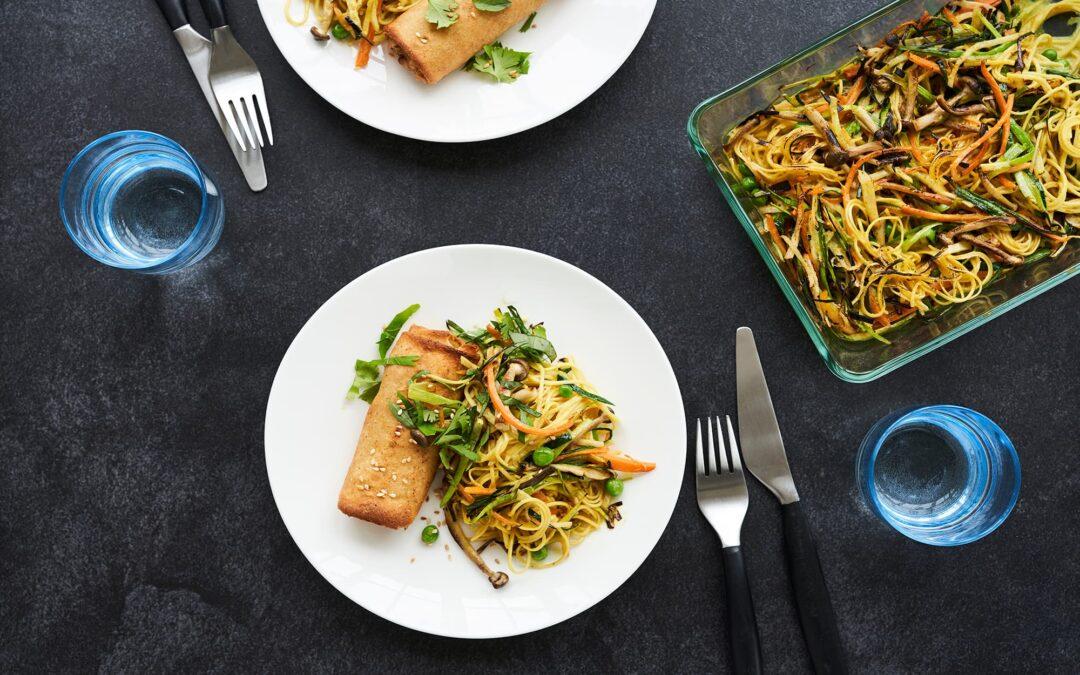Forårsruller med oksekød og sprøde grøntsags-nudler i fad med svampe