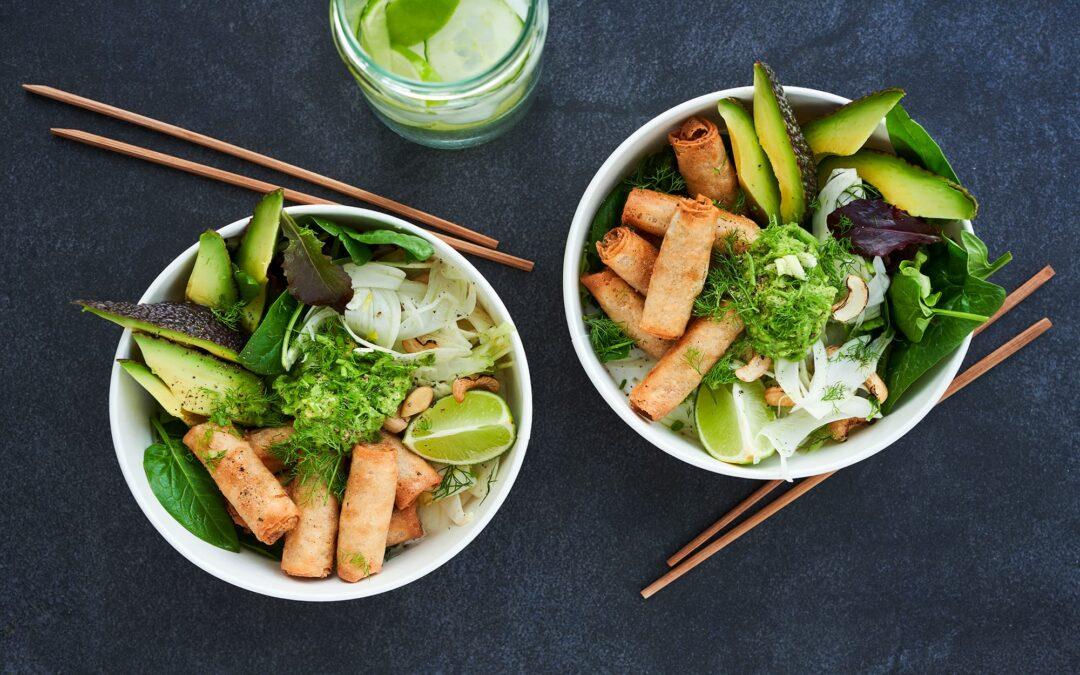 """Green Bowl"" med Van Choy Mini forårsruller med oksekød og fennikelsalat, avocado og cashewnødder"