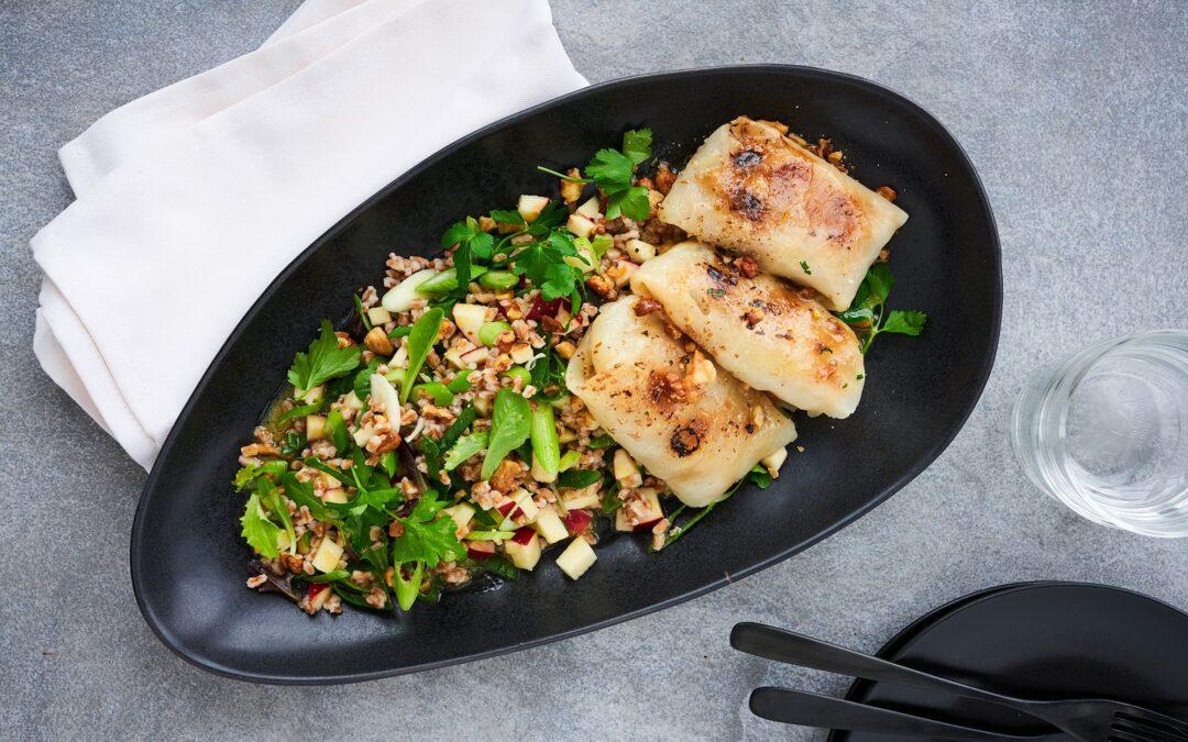 Hvidkålsrouletter med salat af quinoa, valnødder og æblemarinade