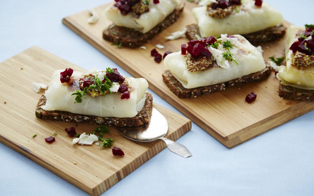 Hvidkålsrouletter på ristet brød med sennep, syltet rødbede og frisk peberrod