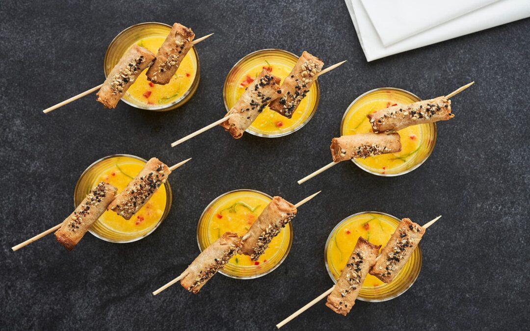 Mini forårsruller med grøntsager med appelsin-ginger smoothie