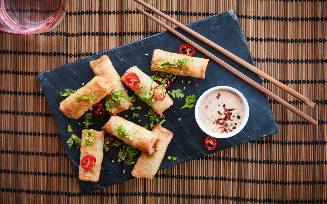 Mini Forårsruller med grøntsager serveret med chili-mayo, sesamfrø og friske koriander