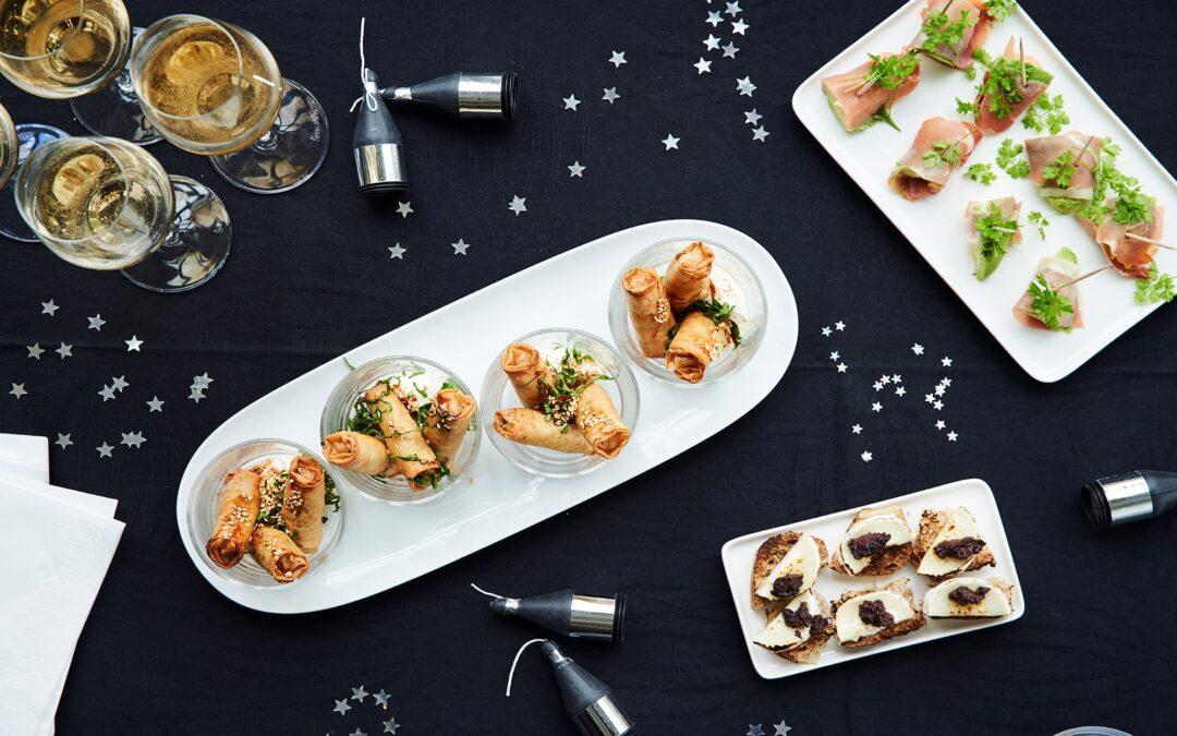 Mini forårsruller med grøntsager serveret med serano skinke og brødhapsere