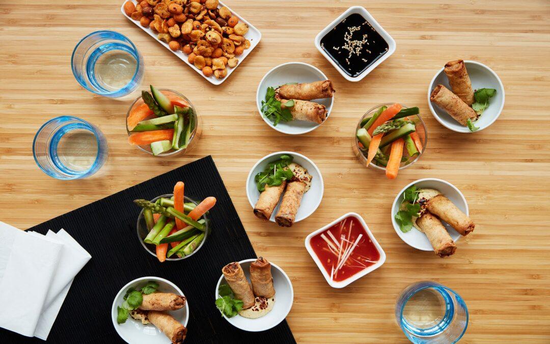 """Hygge og snacks """"asiatisk-tema"""" med miniruller med oksekød"""