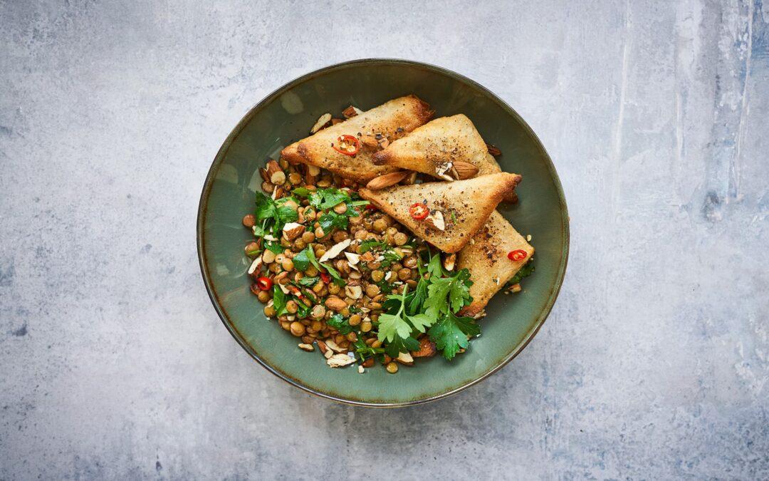 Mini Samosa med spicy linsesalat og mandler