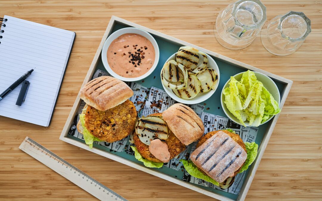 Nacho Burger med chipotle-dressing, grillet løg og salat