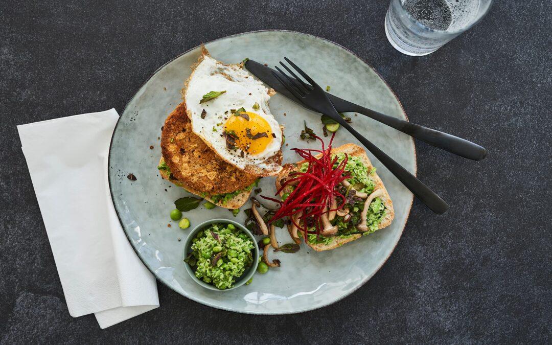 Nacho Burger serveret med spejlæg, ærte-myntemos og ristede svampe