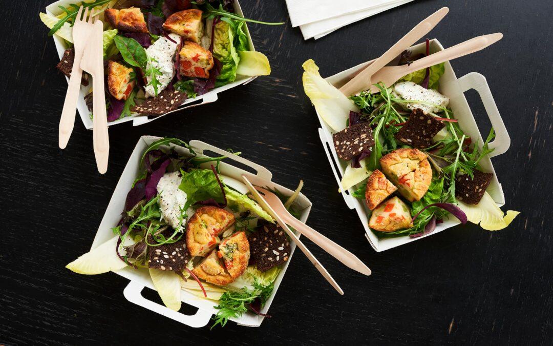 Salat med Mini Soufflé med broccoli og gulerødder, rugbrødschip og sauce tartare