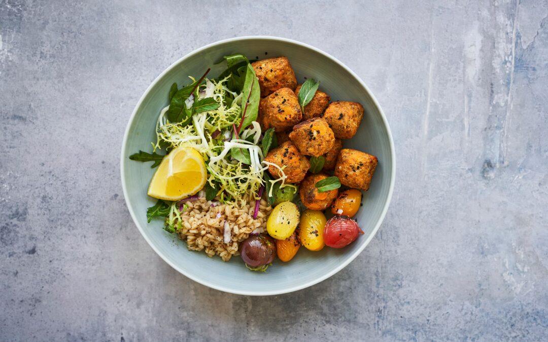 Salatbowl med Sweet Potato Falafel, quinoa og grillet tomater