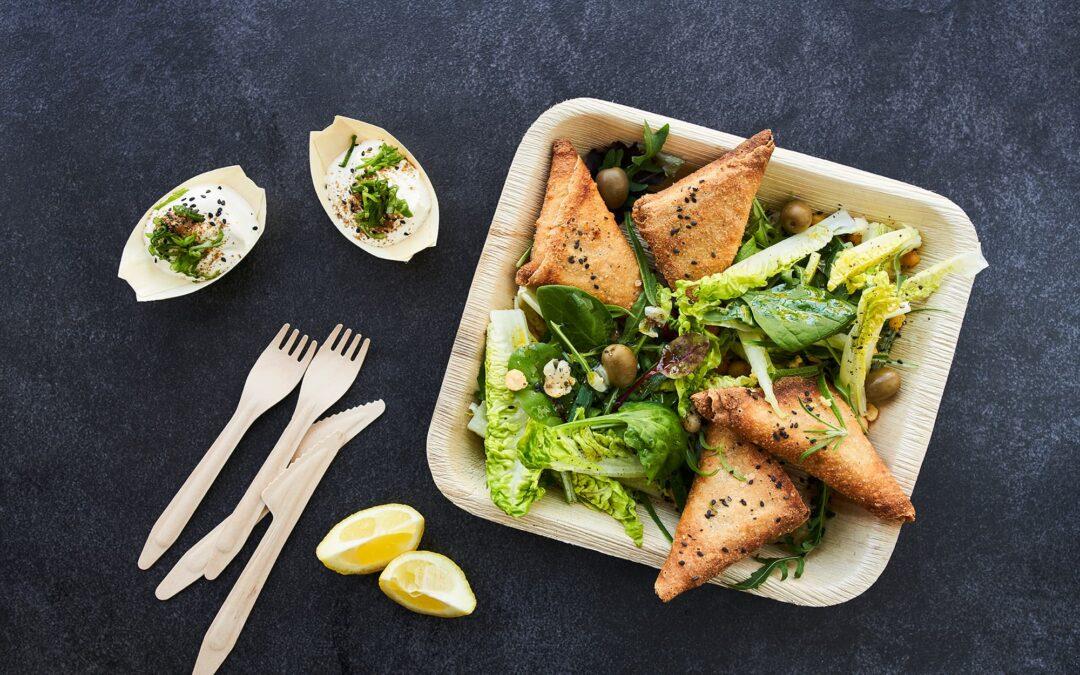 Samosa med grøn salat, kikærter og oliven