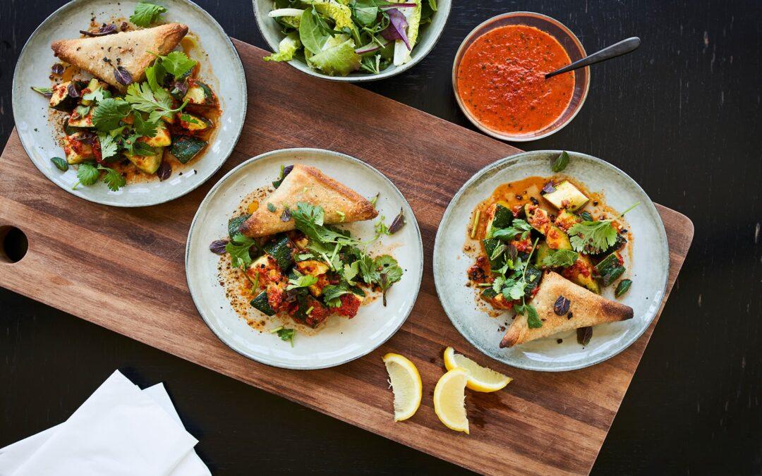 Samosa med grøntsager og harissa bagte squash