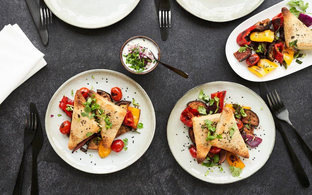 Samosa med grøntsager serveret med ovnbagte tandoori grøntsager