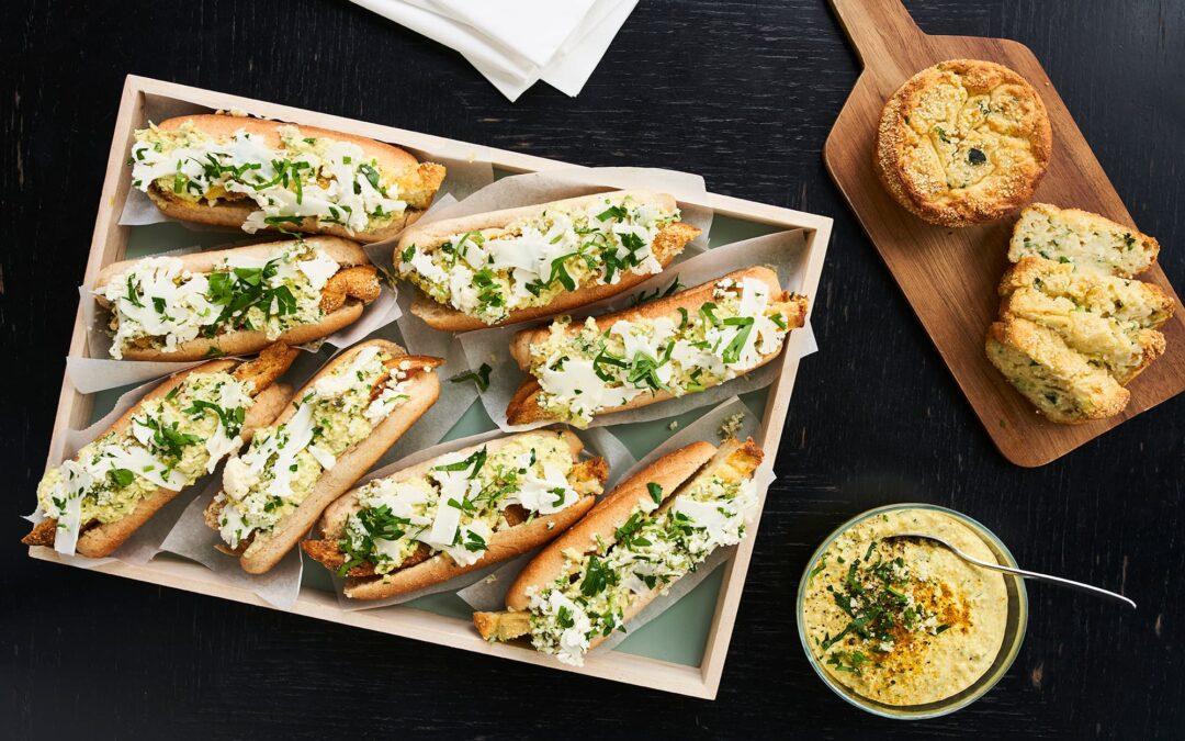 Soufflé med blomkål i hotdogs med råsyltet blomkål og urte-remo