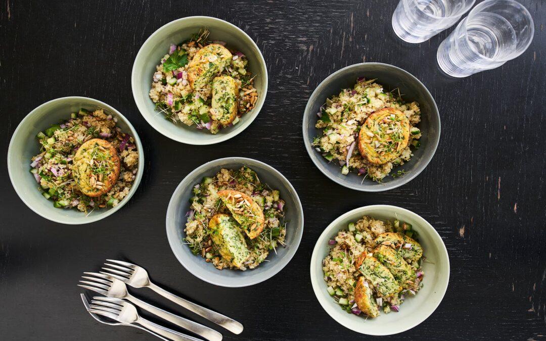 """Mini Soufflé med spinat og ost """"i cocotte"""" med tørristede solsikkefrø og quinoasalat"""