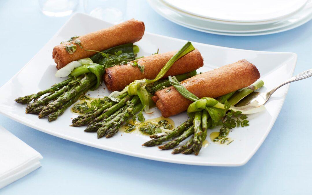 Spring Rolls med grøntsager, bagte grønne asparges og krydderurtesalsa