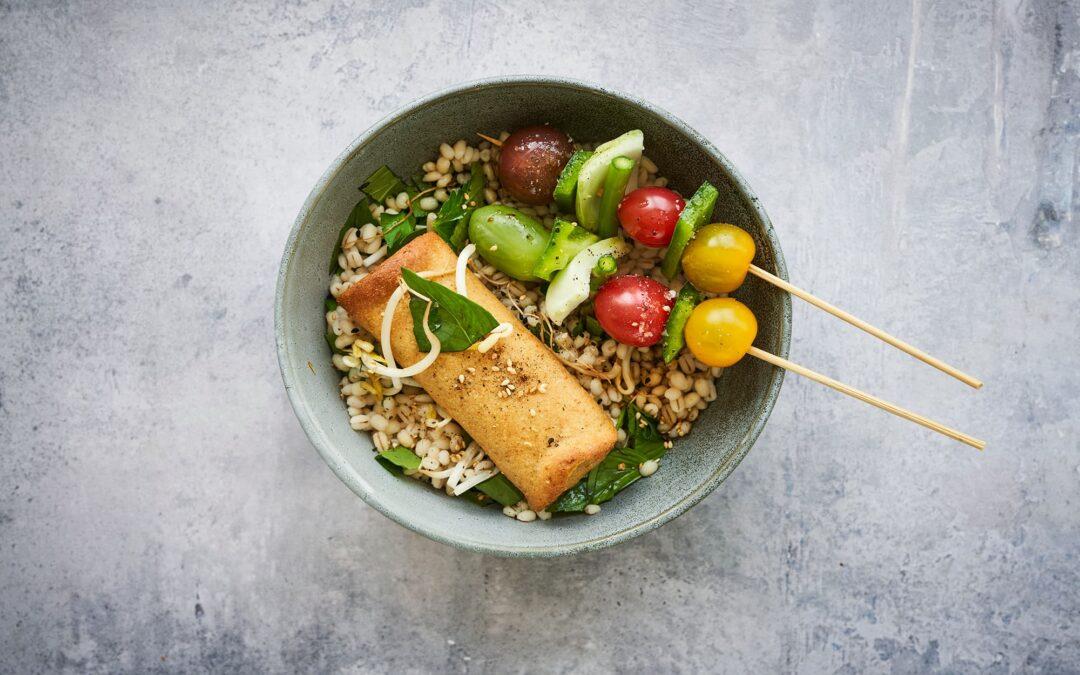 Spring Rolls med grøntsager serveret med hvedekerner og grøntsagsspyd