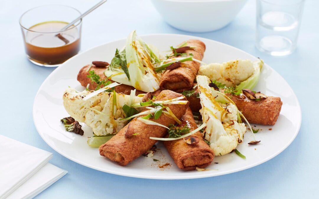 Spring Rolls med kylling med smørbagt blomkål, mandler og karryolie