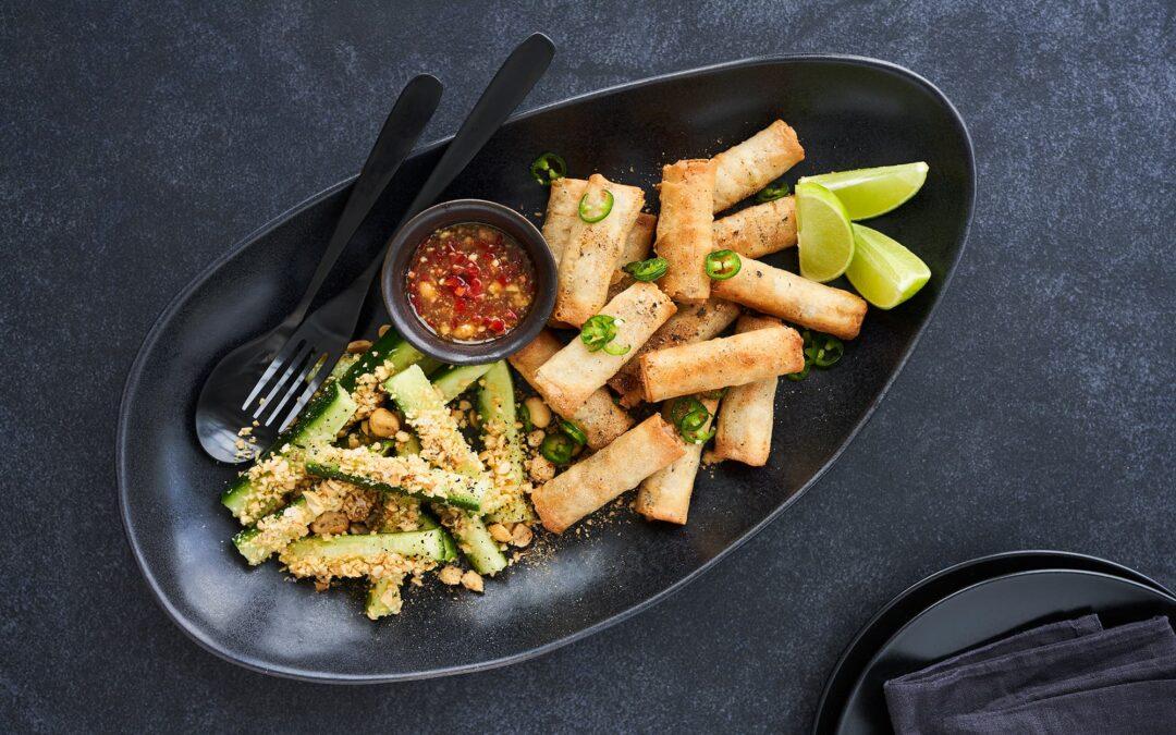 Van Choy Mini forårsruller snack med Hoisin dipping sauce og peanutcrust-agurker
