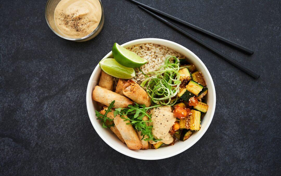 Buddha Bowl med mini forårsruller med grøntsager