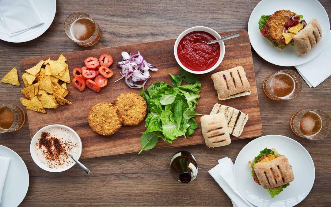 Mexicansk inspireret byg-selv burger med Nacho Burger og chili-mayo