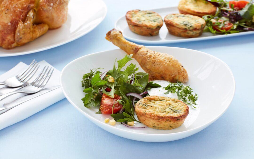 Mini soufflé med spinat og ost serveret med rosmarinstegt kyllingelår og hvidløgsdip