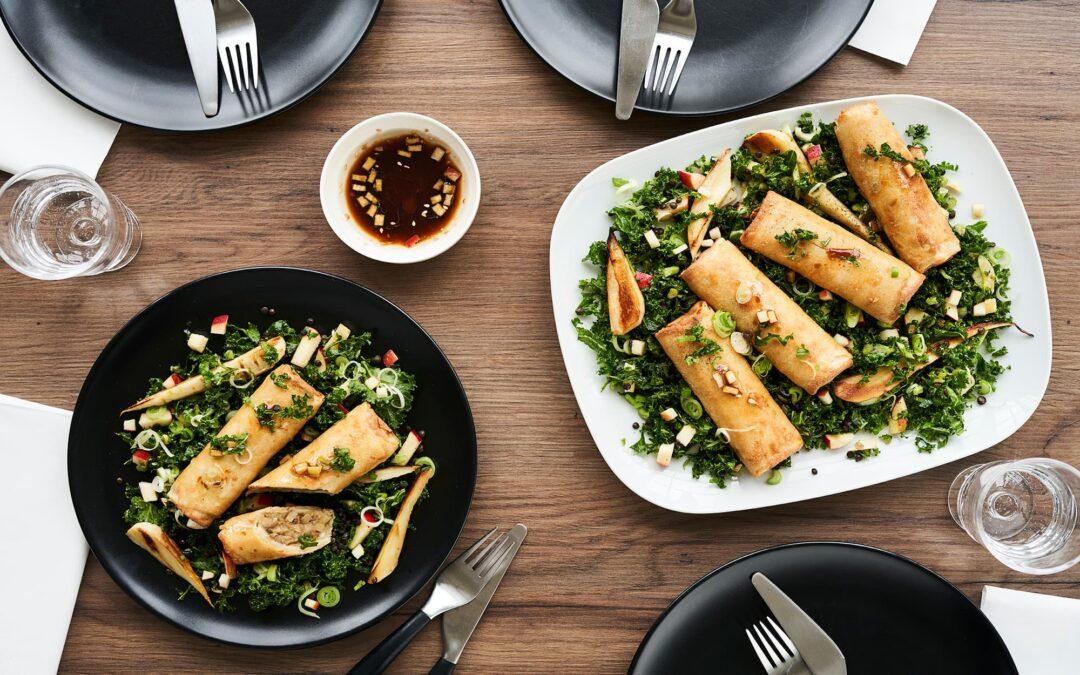 Classic forårsruller til ovn med lun grønkål-linse salat med stegt pastinak og soja-æbledressing